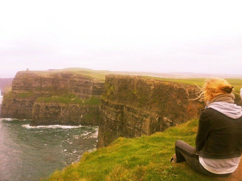 Janika pe Cliffs of Moher, Irlanda